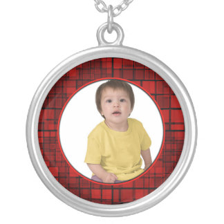 El collar rojo del marco del mosaico añade la foto