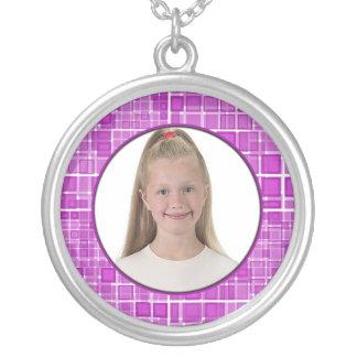 El collar rosado del marco del mosaico añade la