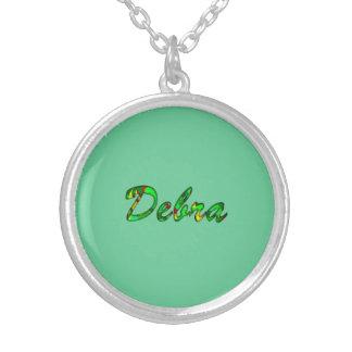 El collar y la joyería de Debra