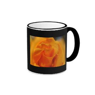 El color de rosa anaranjado de la abuela taza a dos colores