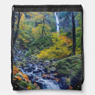 El color del otoño a lo largo de la cala del mochilas