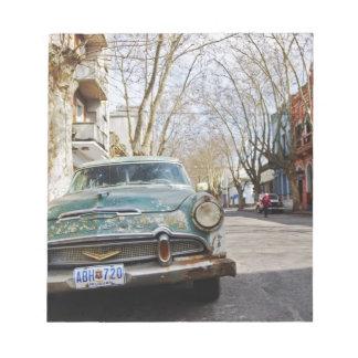 El color oxidado y escamoso de un coche viejo parq bloc de papel