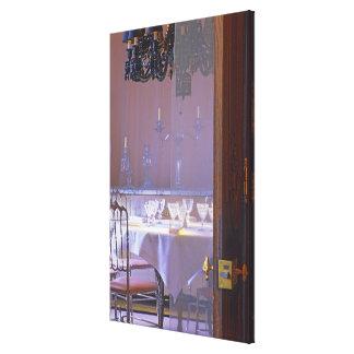 El comedor privado con el cristal negro lienzo envuelto para galerías