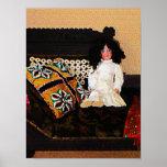 El COMENZAR DEBAJO de $20 - muñeca en el sofá Poster