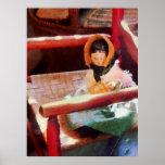 El COMENZAR DEBAJO de $20 - muñeca en silla roja Poster