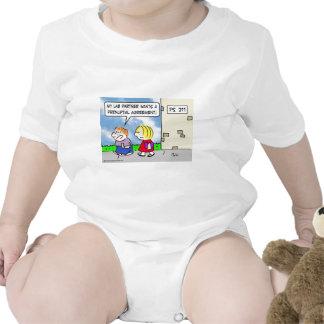El compañero del niño quiere el acuerdo prenuptial traje de bebé