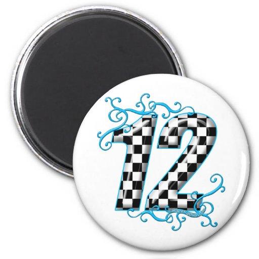 El competir con auto azul número 12 imán redondo 5 cm