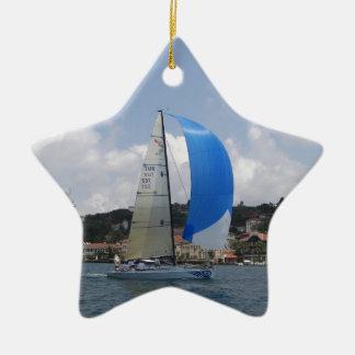 El competir con del yate adorno navideño de cerámica en forma de estrella