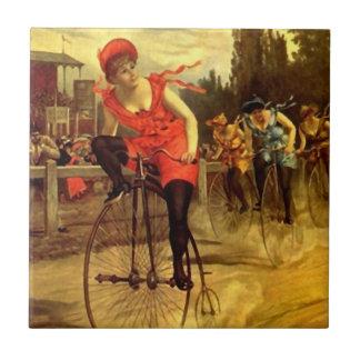 El competir con para mujer antiguo de la raza de azulejo cuadrado pequeño