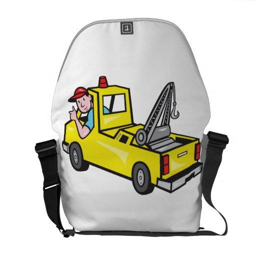 El conductor de camión del camión de auxilio de la bolsas de mensajería