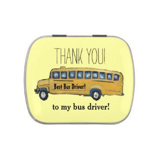 El conductor del autobús escolar le agradece lata  jarrones de dulces
