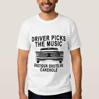 El conductor escoge la escopeta de la música remera