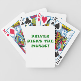 El conductor escoge la música baraja cartas de poker