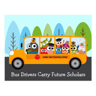 El conductor lindo del autobús escolar del búho le tarjeta postal