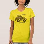 El conductor más nuevo en camiseta linda del coche