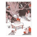 El conejito corta la torta de cumpleaños postal