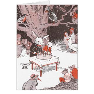 El conejito corta la torta de cumpleaños felicitación