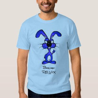 El conejito dice relaja la camiseta de los hombres poleras