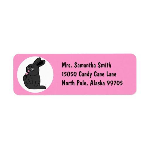 El conejito gruñón limpia sus dedos del pie - rosa etiquetas de remite