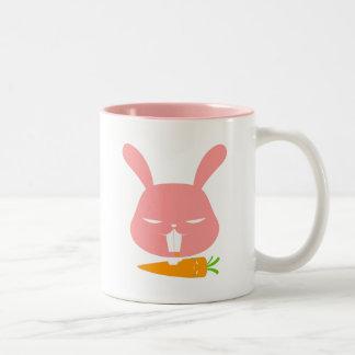 El conejito muerde la taza