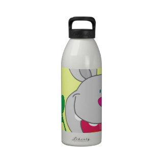 El conejito sospechado rosado feliz sostiene la fl botella de agua reutilizable