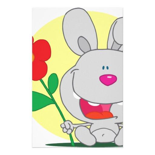 El conejito sospechado rosado feliz sostiene la fl  papeleria