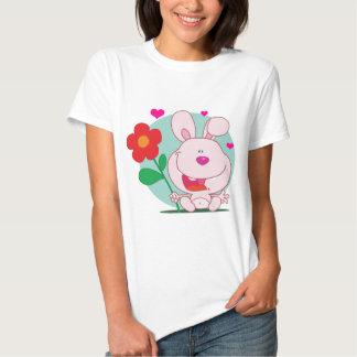 El conejito sostiene la flor polera
