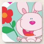 El conejito sostiene la flor posavasos