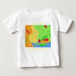 El conejito tiene gusto de comer verduras camisas