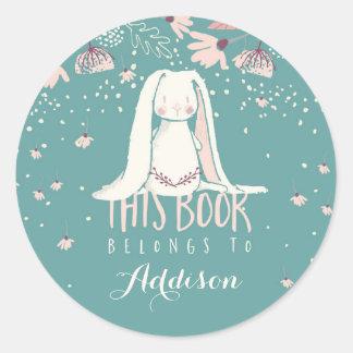 El conejito y las flores blancos el | este libro pegatina redonda