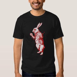 El conejo blanco entintó rojo playera