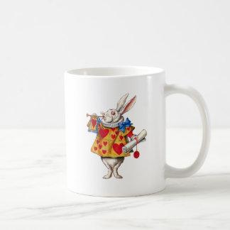El conejo blanco llama la corte para ordenar tazas