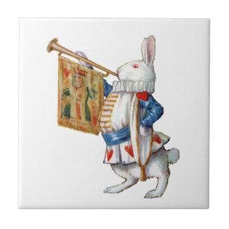 El conejo blanco sopla la trompeta en el país de l azulejo cuadrado pequeño