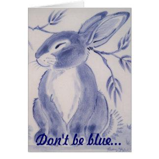 El conejo de conejito azul consigue la tarjeta bie