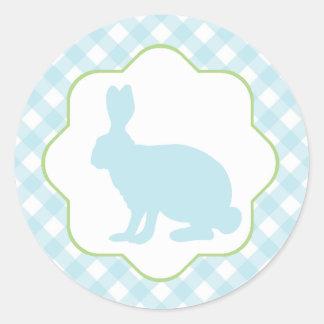 El conejo de conejito azul de pascua en la guinga pegatina redonda