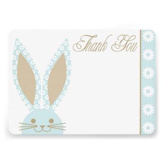 El conejo de conejito azul le agradece cardar