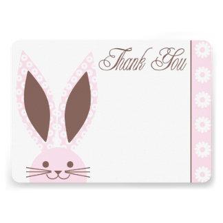 El conejo de conejito rosado le agradece cardar