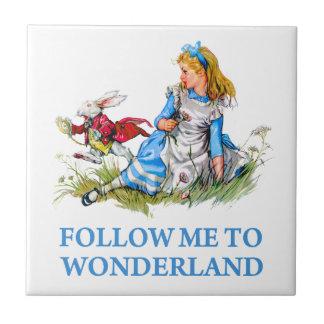 """El conejo dice a Alicia, """"sígame al país de las ma Azulejo Cuadrado Pequeño"""