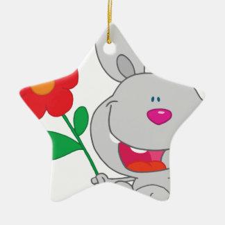 El conejo feliz celebra la sonrisa de la flor ornato