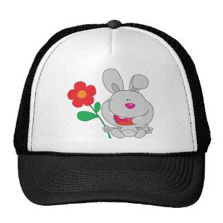 El conejo feliz celebra la sonrisa de la flor gorra