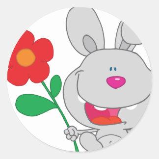 El conejo feliz celebra la sonrisa de la flor etiquetas redondas