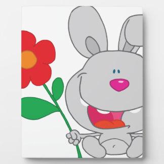 El conejo feliz celebra la sonrisa de la flor placa de madera