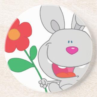 El conejo feliz celebra la sonrisa de la flor posavasos cerveza