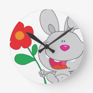 El conejo feliz celebra la sonrisa de la flor relojes