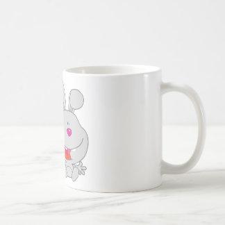 El conejo feliz celebra la sonrisa de la flor taza