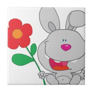 El conejo feliz celebra la sonrisa de la flor teja