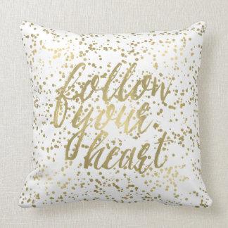 El confeti del oro sigue su corazón cojín decorativo