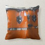 El conga anaranjado brillante teclea la foto almohada