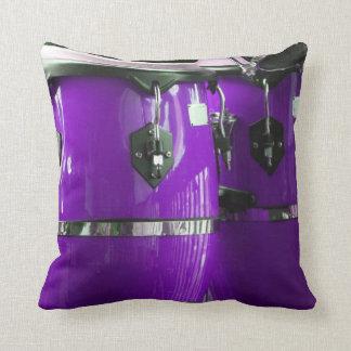El conga púrpura brillante teclea la foto cojín