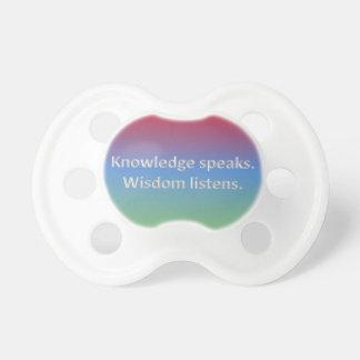 el conocimiento habla. la sabiduría escucha chupetes para bebés